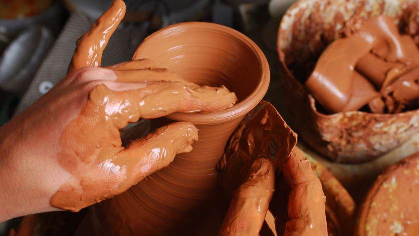 La poterie: apprendre l'art à vos enfants
