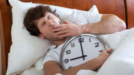 homme-fatigue-lit-reveil